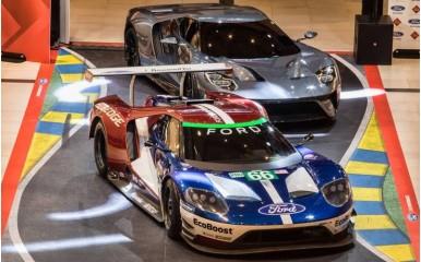 Ένα αγωνιστικό και ένα «νορμάλ» Ford GT στο «The Mall»